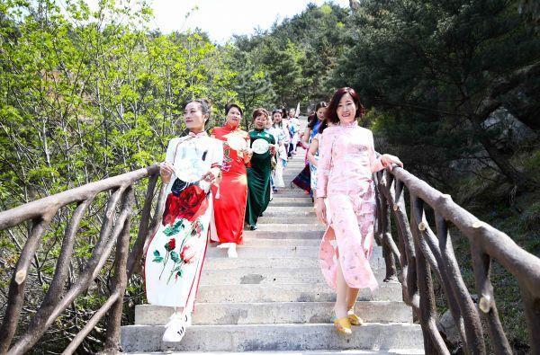 台媒稱中式旗袍讓外國女性沉浸其中:實在太美了