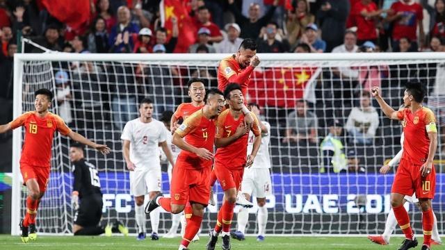 国足再胜一场,武磊梅开二度,不过前后两次进球子爱包情鸭可表图片