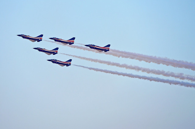 八一飛行表演隊亮相杜拜航展 中國觀眾感動流淚