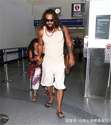 杰森莫玛现身1穿着,胡子身份证表情包套路随意女儿邋遢,机场紧图片
