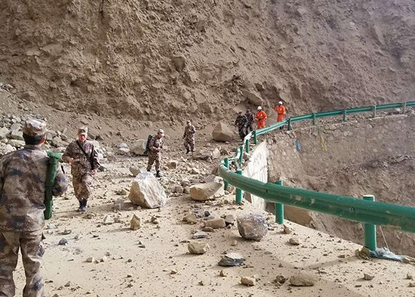 西藏公安消防部隊迅速投入林芝米林縣地震救援