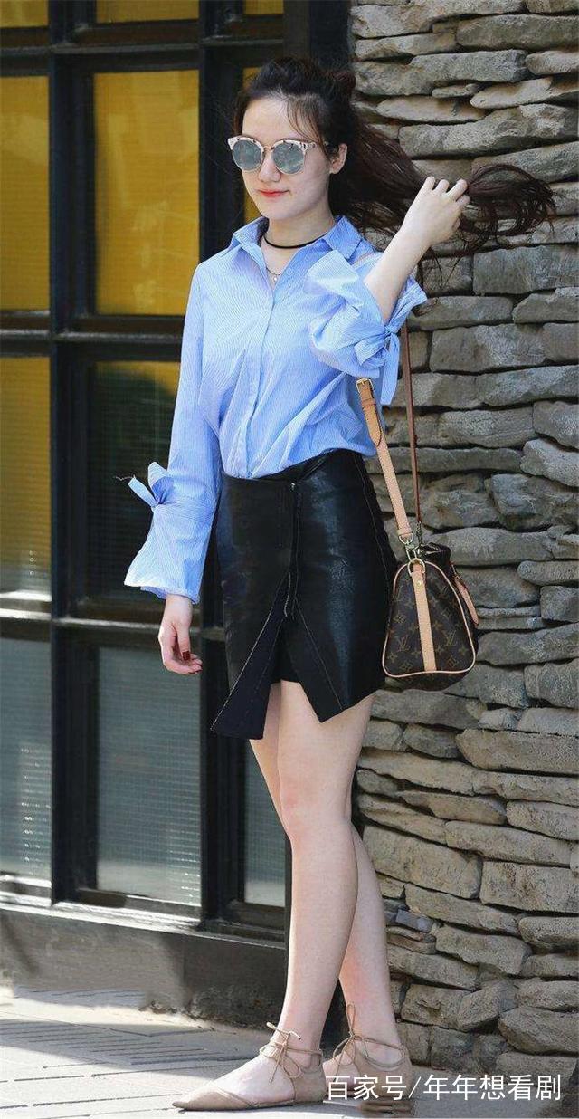 街拍:衬衣穿浅蓝色美女配包臀皮裙,欧美高挑,青侧女脸身材图片