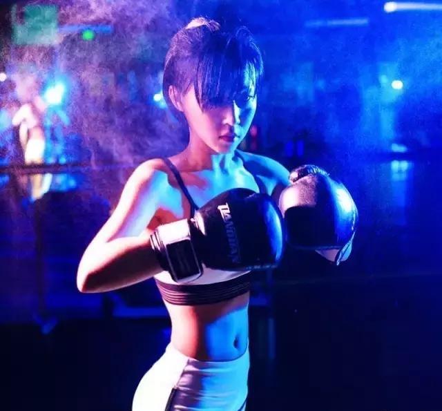 从练到吃,这个中国女生从泡芙人变成肌肉女!方肌少女斜图片