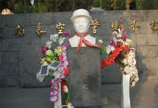 人民女儿任长霞墓地现状,鲜花常伴,牺牲13年