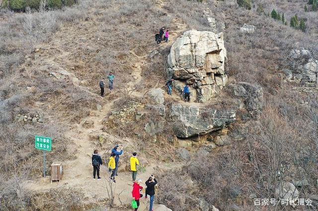 """济南山区一岩石形式埃及""""狮身人面像"""" 吸引民众到现场打卡围观"""
