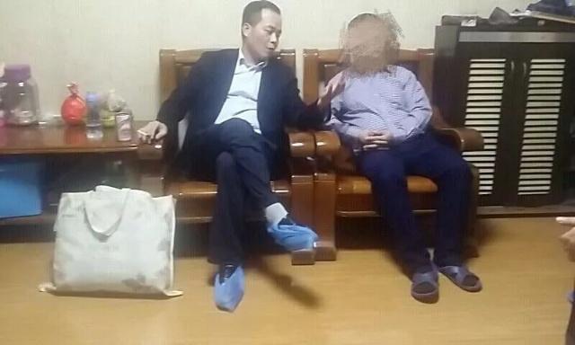 中国式银行催收!董事长自带被褥碗筷住进债务人客厅!成功追款-中国传真