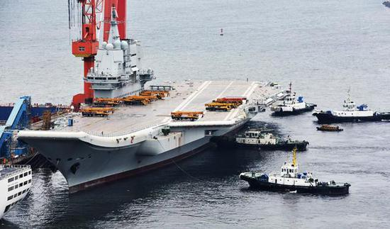 中國國產航母23日真的海試了:在港內進行測重心平衡