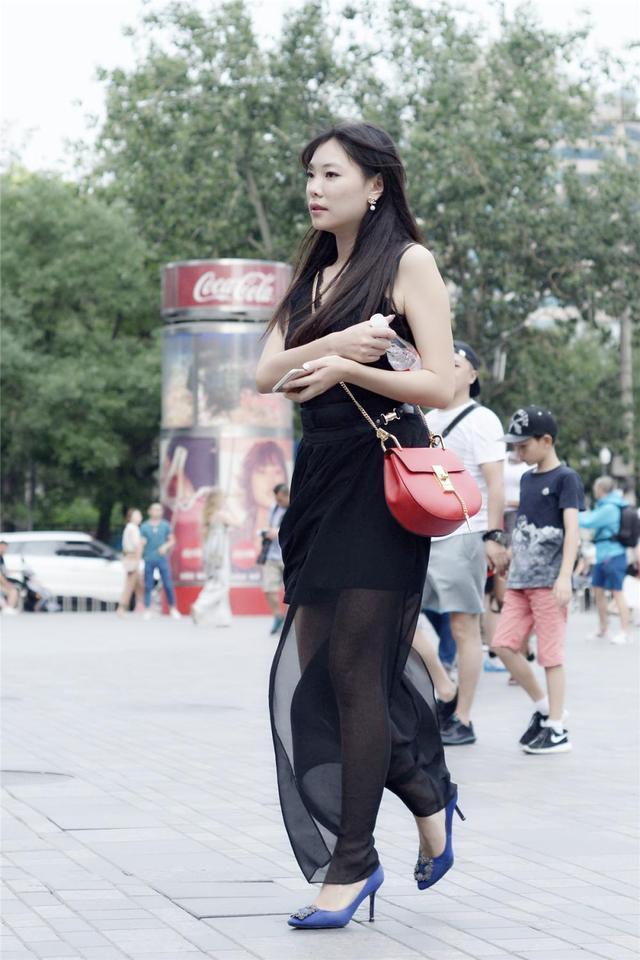 街拍: 宝蓝色尖头细高跟, 透视黑色长裙, 美女优