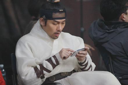 玄彬丨电影《猖獗》海报拍摄现场花絮,手机玩的好认真啊!