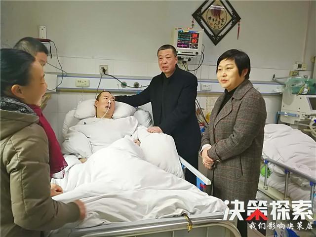 内乡公安:崔宏伟局长看望慰问因病住院民警