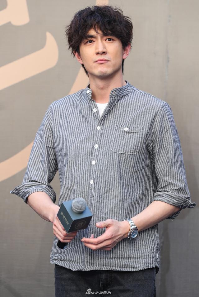 林更新身穿灰色条纹衬衫,亲自下厨考虑有模有