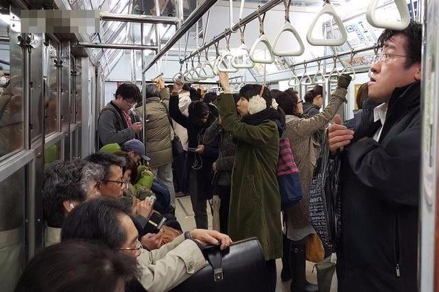 外国人眼中讲礼貌的日本人,却从不给老人让座