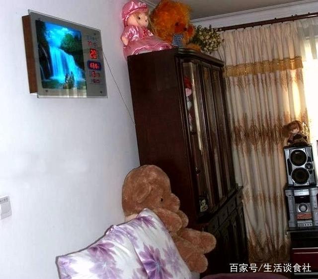 实拍真实的现代朝鲜生活,旧彩电,老相框,水平堪
