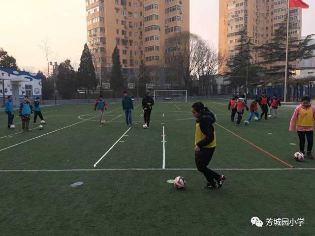 芳城园小学:足球大咖来校,让学生爱上足球