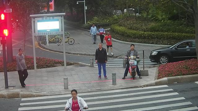 深圳曝光闖紅燈行人照片、姓名、身份證