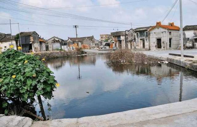 广东第一村,人口数量接近一个县,当地建立了8