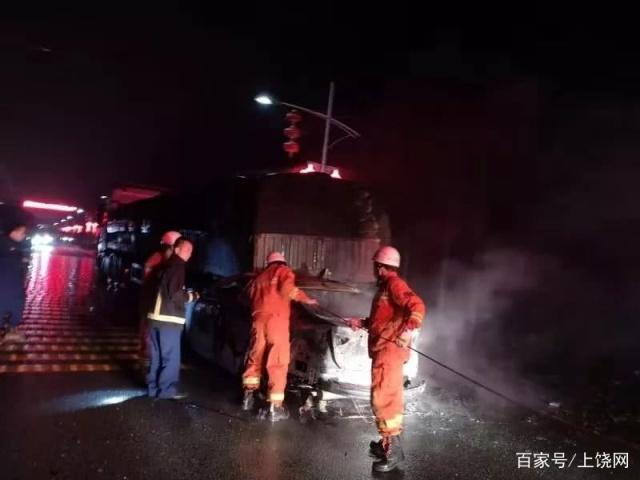 悲剧!上饶一学校门口发生车祸,小车司机被烧焦