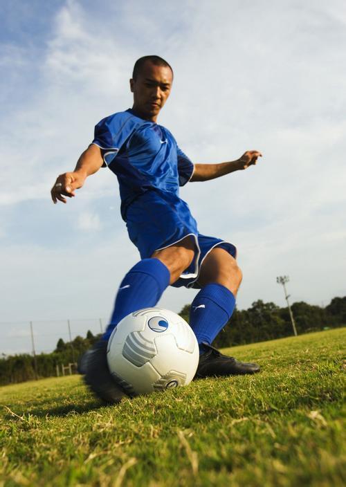 脚背内侧踢弧线球时, 用脚背内侧踢球的后中部