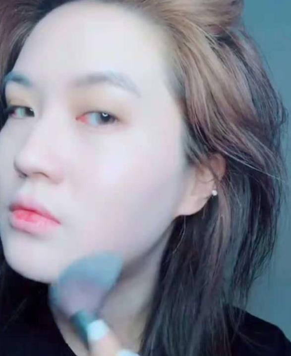 抖音网红小姐姐仿妆蔡徐坤,本以为是青铜,结果