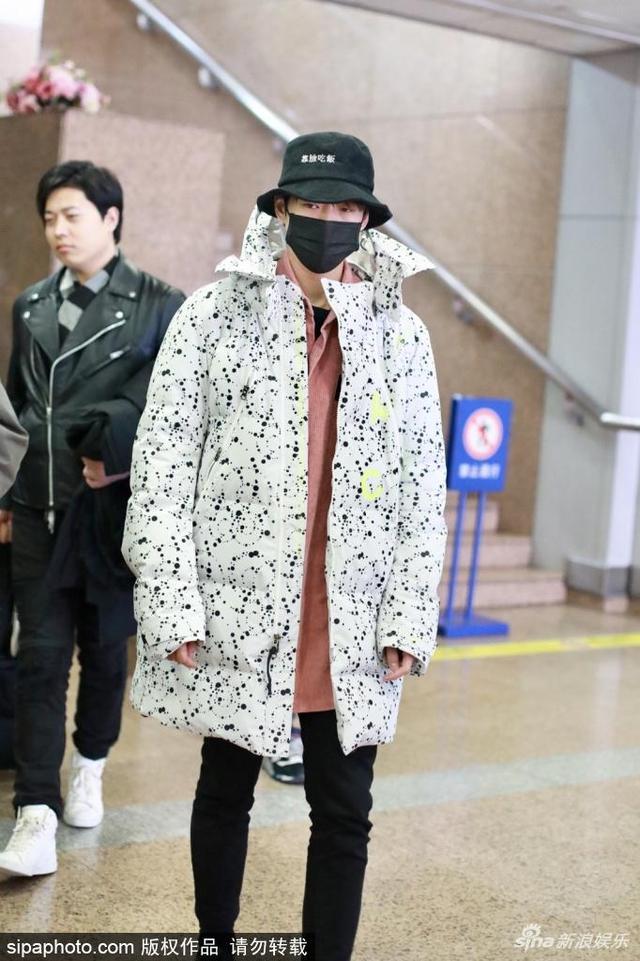 组图:魏大勋现身北京机场 渔夫帽+波点外套十