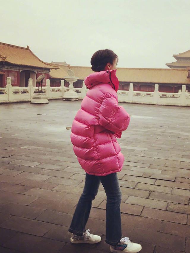 袁姗姗新剧《国宝奇旅》今日开机,身穿粉红色