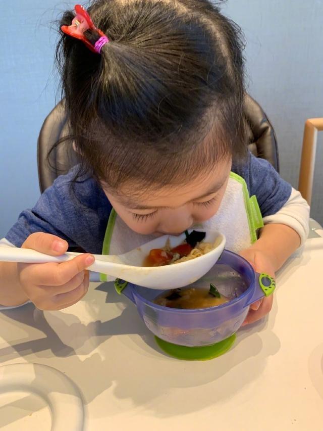 章子怡微博晒爱女醒醒照片,3岁的发量,羡煞一