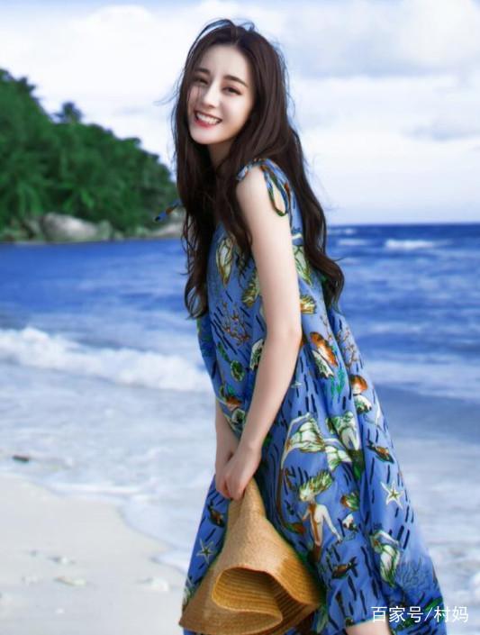 爱笑的女孩运气都不会太差,迪丽热巴穿沙滩裙