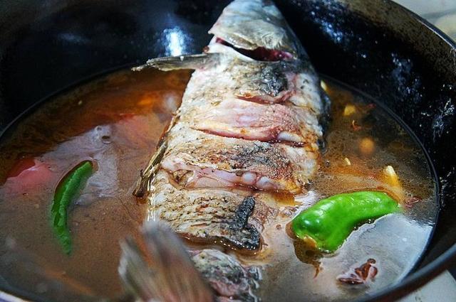鱼刺卡在喉咙里,不要只会喝醋了,教你1招,鱼刺自己跑出来!