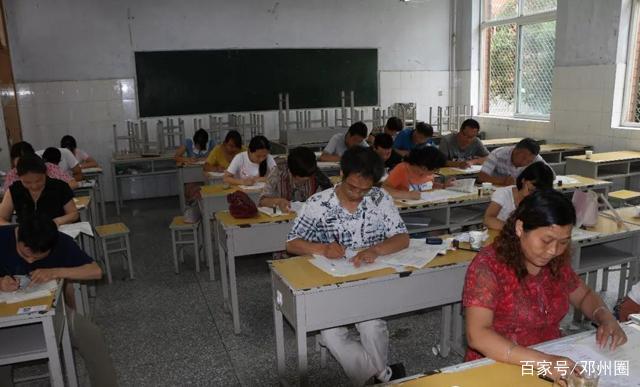 邓州市二高中教师和学生一起参加期末考试 同