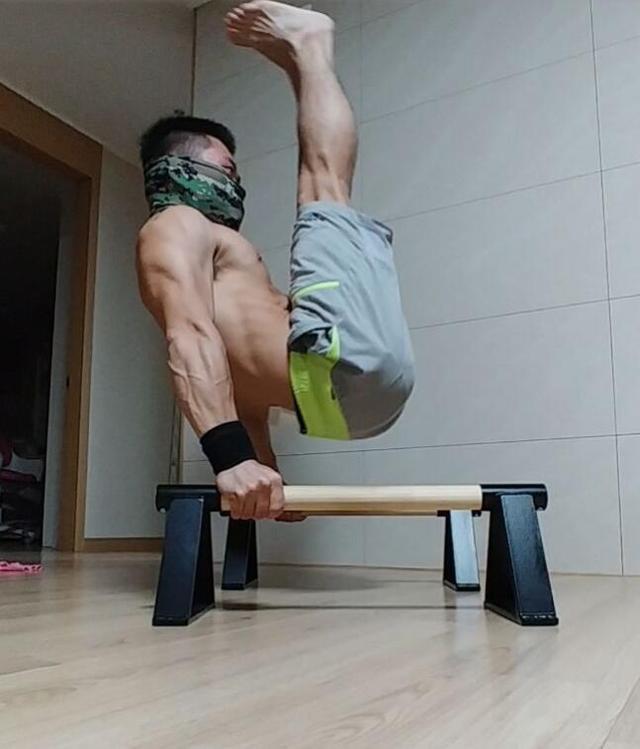 25岁小伙,徒手健身8年,练出一身肌肉,教儿子和